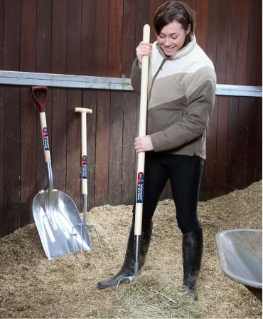 Furca pentru gunoi, 4 coarne din otel, coada de lemn, 1220 mm, Spear and Jackson, in lucru