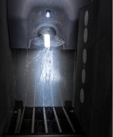 Curatare exterioara tetina in statia de alaptare HygieneStation, automat de alaptare Holm&Laue CalfExpert