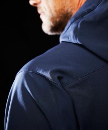 Jacheta cu gluga Helly Hansen Chelsea Evolution Softshell, impermeabila, imbracata, detaliu umar