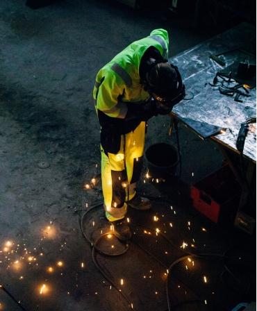 Pantaloni de lucru Helly Hansen Aberdeen Construction, antifoc, reflectorizanti, HVC2, la bancul de lucru