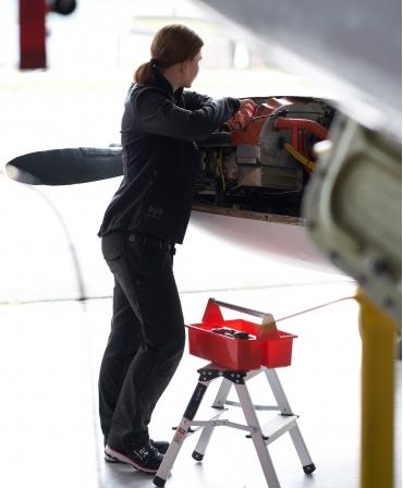 Pantaloni de lucru dama Helly Hansen Luna Construction, negri, imbracati, lucru in domeniul aviatic
