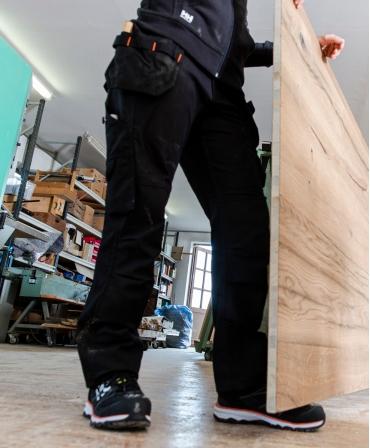 Pantaloni de lucru dama Helly Hansen Luna Construction, negri, in timpul lucrului, vedere din lateral