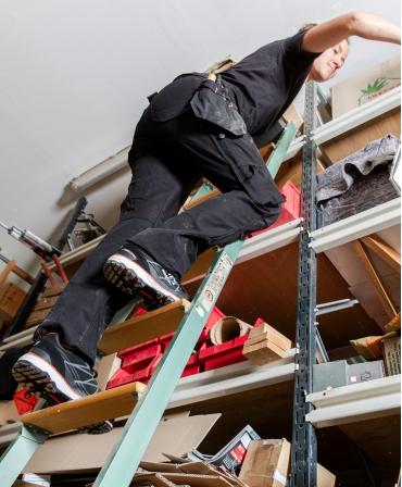 Pantaloni de lucru dama Helly Hansen Luna Construction, negri, pe scara, vedere de jos