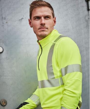 Bluza Helly Hansen Lifa Active Half Zip, reflectorizanta, HVC2, 3, galbena, imbracata, din profil