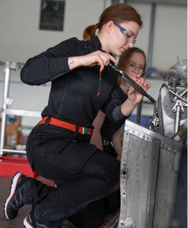 Pantaloni de lucru dama Helly Hansen Luna Service, negri, in timpul lucrului