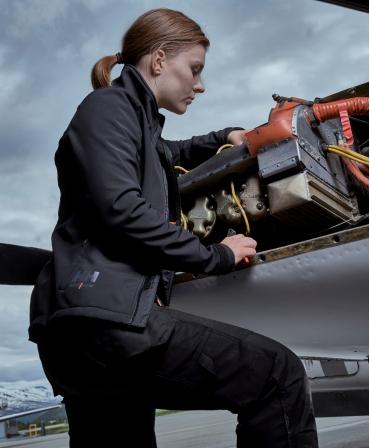 Jacheta dama Helly Hansen Luna Softshell, neagra, imbracata, lateral, in timpul lucrului