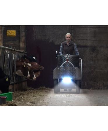 Milk Taxi pentru hranirea inteligenta a viteilor, cu far noaptea prin grajd