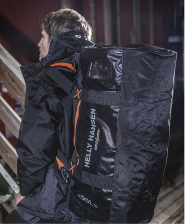 Geanta voiaj Helly Hansen Workwear 90 litri, impermeabila, neagra, pe muncitor