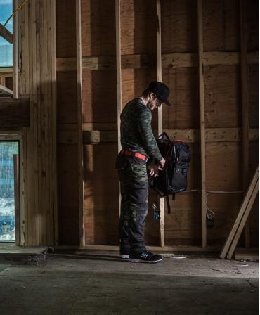 Rucsac Helly Hansen Workwear 27 litri, negru, muncitor la lucru, din profil