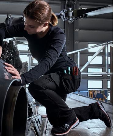 Pantofi protectie dama Helly Hansen Luna Low, S3, negru/portocaliu, din profil, in timpul lucrului