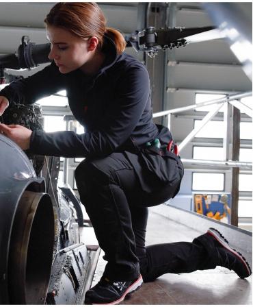 Pantofi protectie dama Helly Hansen Luna Low, S3, negru/portocaliu, vazuti din lateral, la lucru
