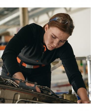 Pantaloni de lucru dama Helly Hansen Luna Service, negri, asortati cu bluza si curea, la lucru