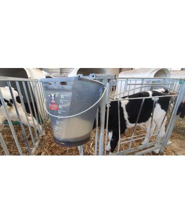 Galeata cu tetina pentru alaptarea viteilor, Milk Bar, 9l, semitransparenta, agatata pe cuseta
